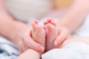 masaje en pies bebe
